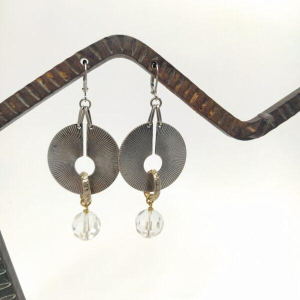 Dormeuses en laiton argenté composées d'estampes art déco issues d'un collier de créateur  d'anneaux dorés finement ornementés et de perles de verre transparentes facettées.
