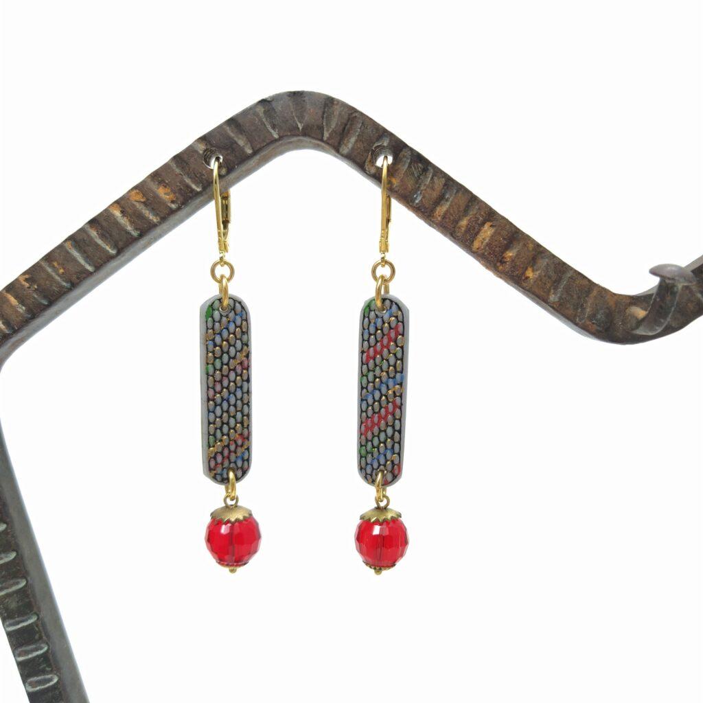 Dormeuses en laiton doré à l'or fin composées de pâte de verre gris  or  vert et rouge et de perles de verre rouge facettées.