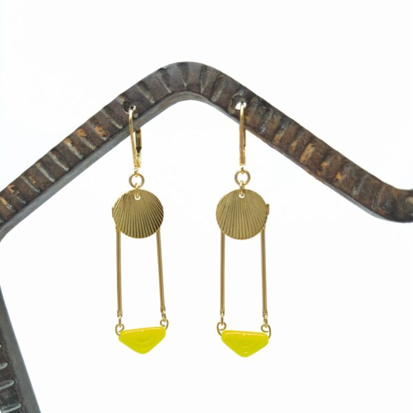Dormeuses en laiton doré à l'or fin composées d'estampes en laiton d'inspiration Art déco et de perles de verre tchèque triangulaire provenant de la période Art Déco.