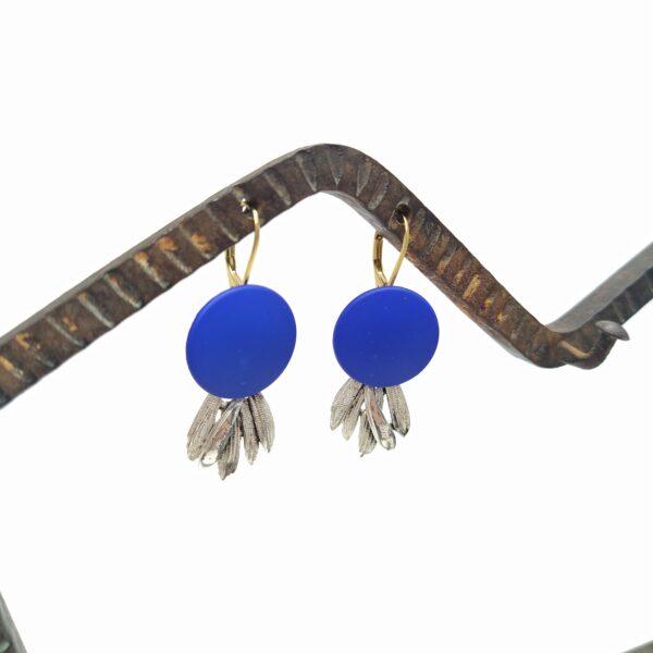 Dormeuses en laiton doré à l'or fin composées d'éléments argentés de collier des années 1980 et de bontons bleus.