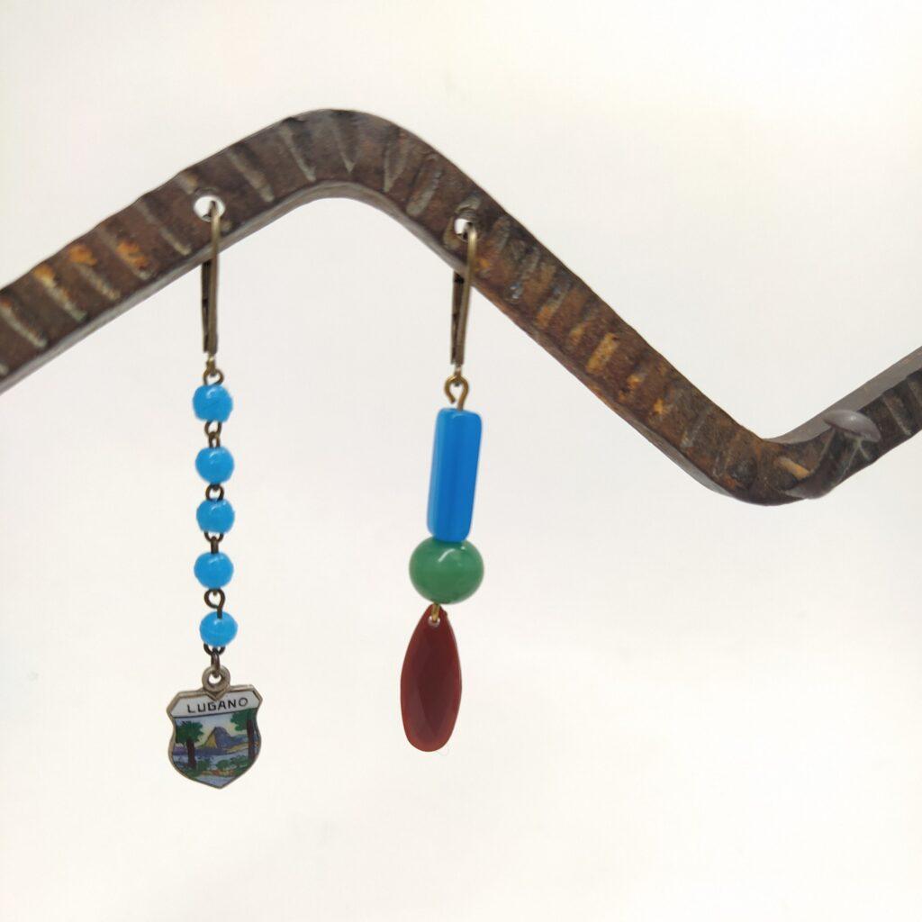 Dormeuses asymétriques en laiton bronze composées de section de chapelet ancien  d'un pendentif souvenir de LUGANO et de perles vintage.