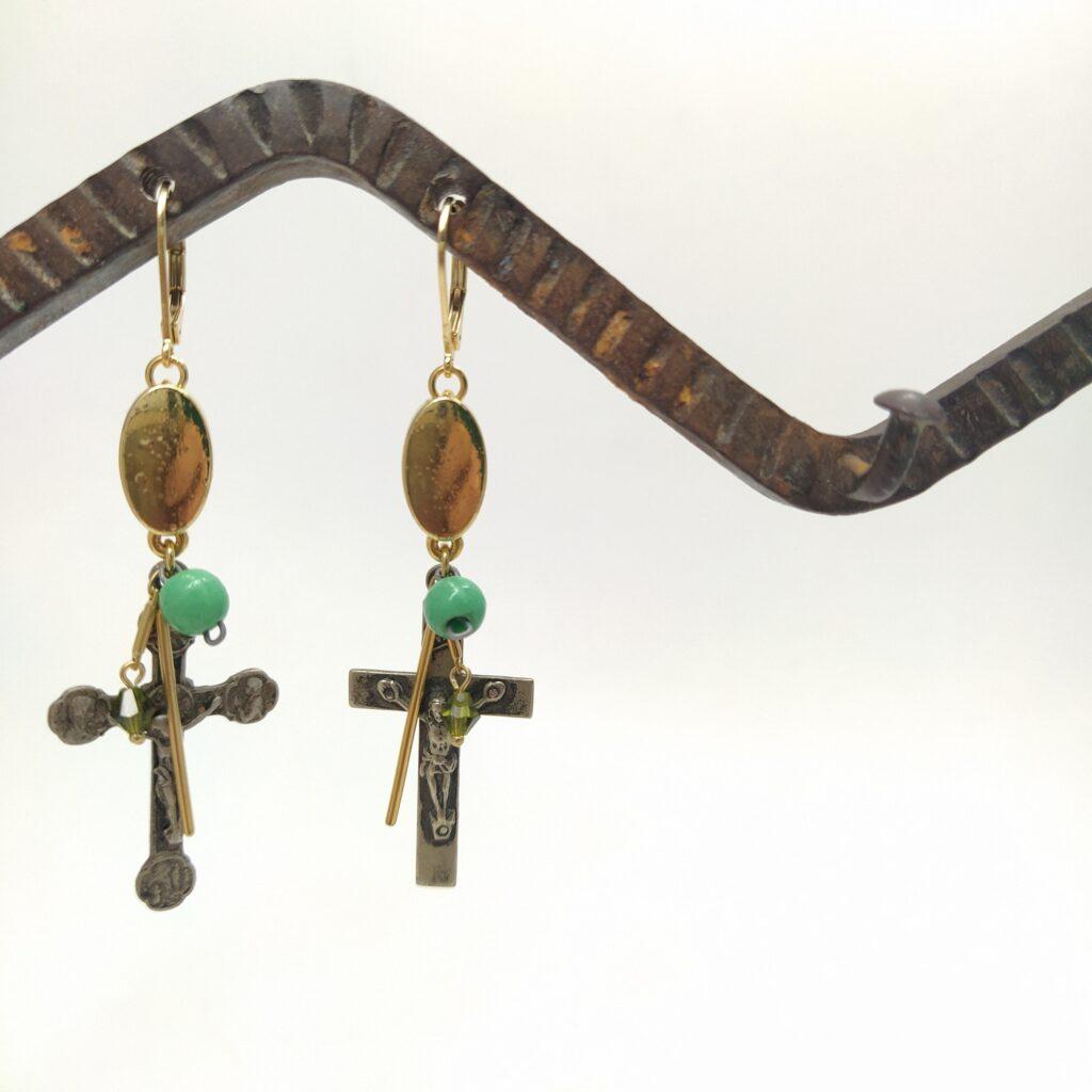 Dormeuses en laiton doré à l'or fin  éléments de bracelet des années 2000  perles vintage dont certaines proviennent de chapelet et croix de chapelets anciens.