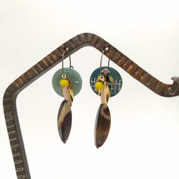 Créoles en laiton bronze asymétriques composées de boutons anciens  perles de verre recycléeset petites estampes dorées.
