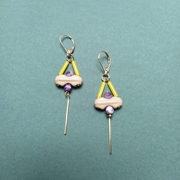 Dormeuses en laiton doré à l'or fin composées de perles de verre vintage jaune  beige et violet.