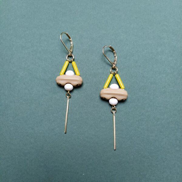 Dormeuses en laiton doré à l'or fin composées de perles de verre vintage jaune  beige et nude.