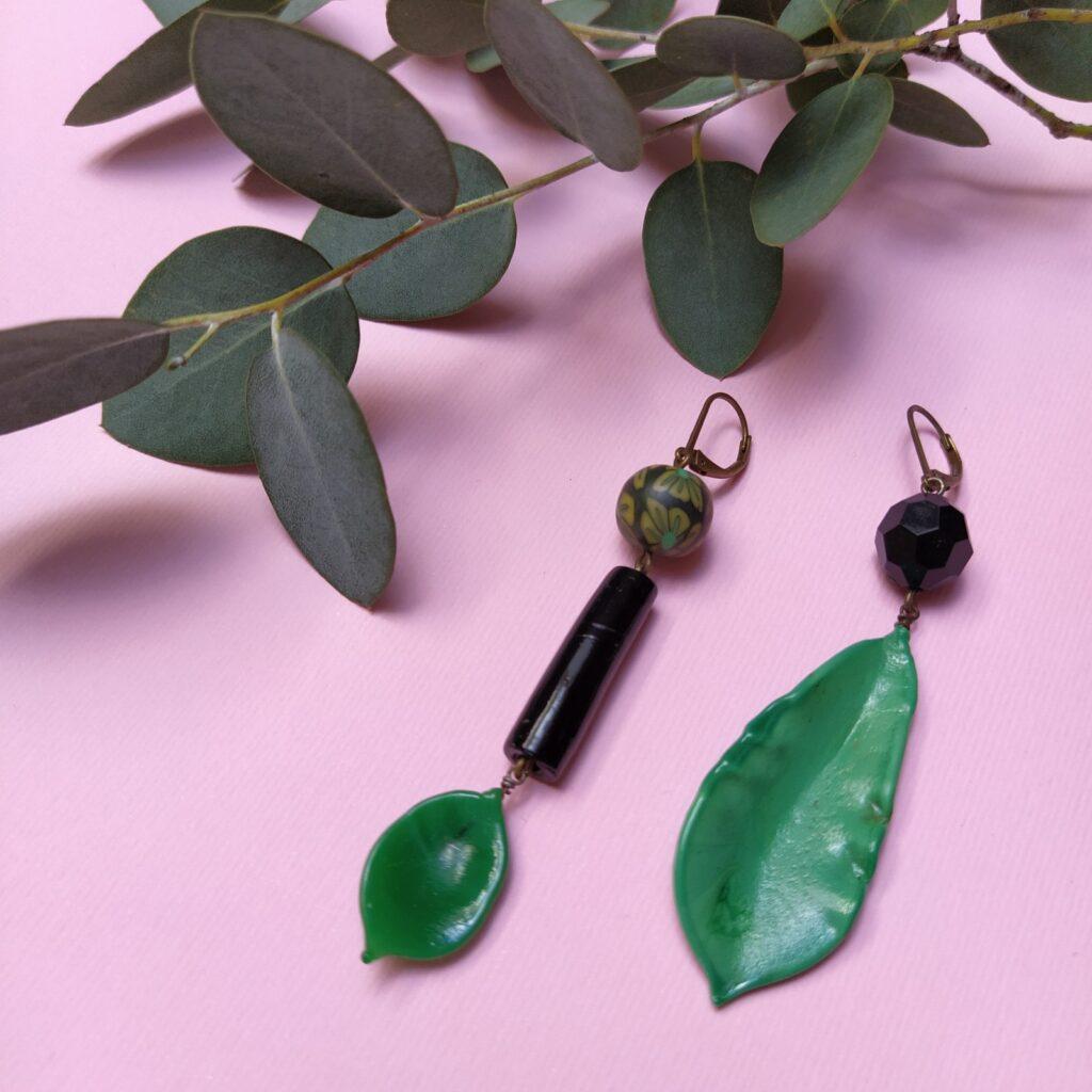 Dormeuses asymétriques en laiton bronze composées de pétales de verre datant des années 30 et des perles ponctionnées sur d'anciens bijoux.