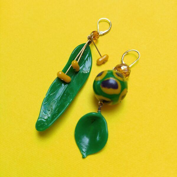 Dormeuses asymétriques en laiton bronze composées de pétales de verre datant des années 30 et des perles ponctionnées sur des bijoux vintage.